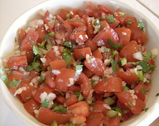 Easy Fresh Salsa Recipe - A quick and easy recipe for salsa using fresh tomatoes and peppers. No cooking required.