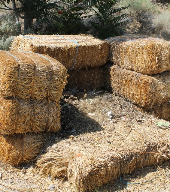 How to Make a Compost Bin with Bales of Straw - A fast and easy way to make a Compost Pile Using Straw Bales for the walls.