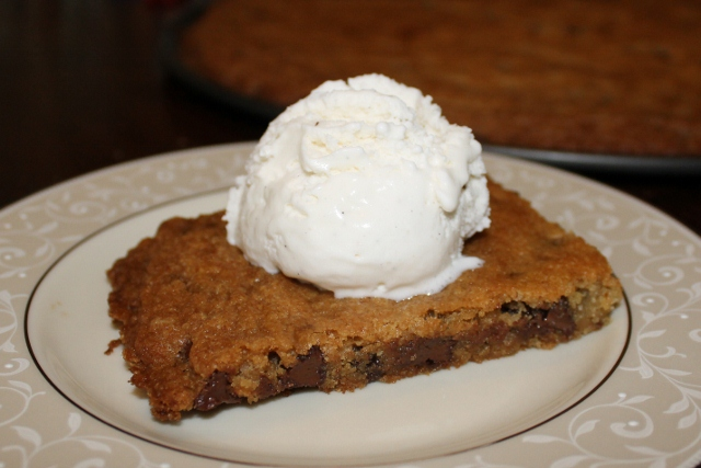 gluten-free chocolate chip pizookie recipe (pizza cookie) (640x427)