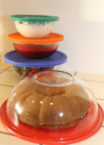Invert a lidded bowl to create an impromptu cake carrier (396x550)