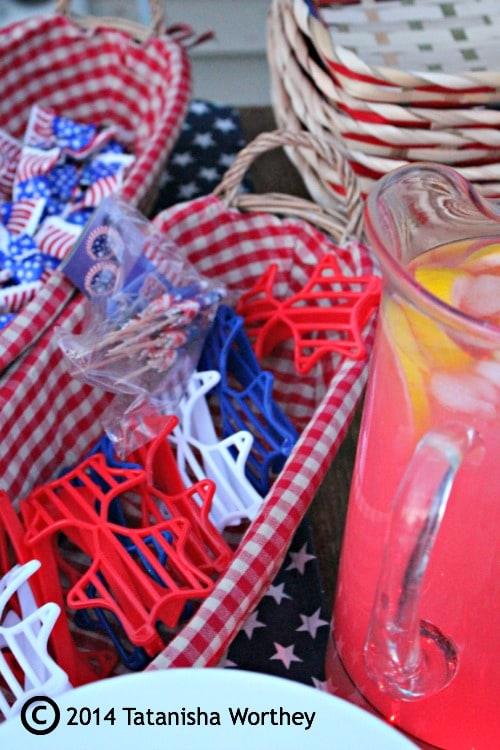 patriotic accessories for Elegant Patriotic Table Decor Idea