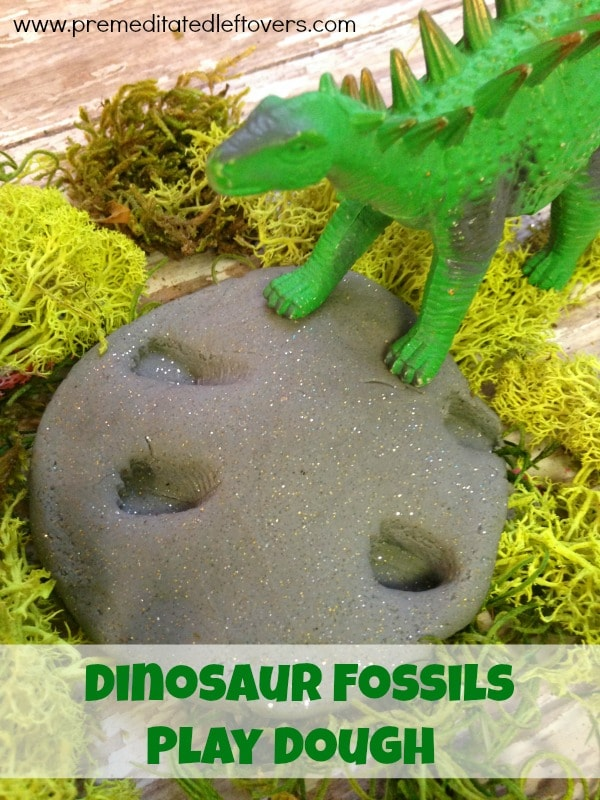 Do your children love dinosaurs? With this Dinosaur Fossil Play Dough, they can use their dinosaur toys to make fossil shapes and feel like paleontologists.