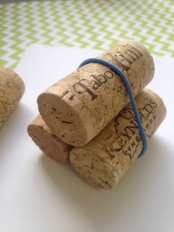 How to make a clover stamp with wine corks and a rubber band