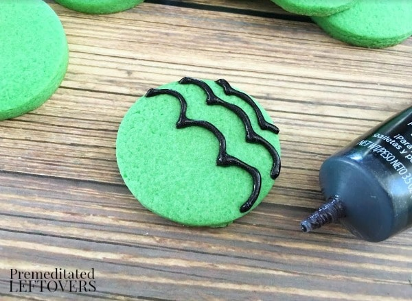 Mint Spider Cookies- making icing web