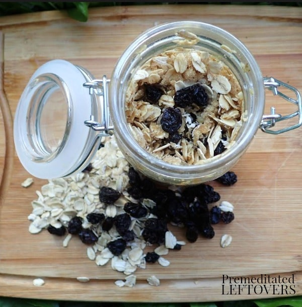 Oatmeal Cookie Overnight Oats- overnight oats in a mason jar with lid