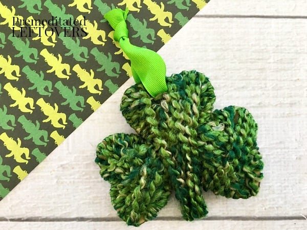 How to make a shamrock with green yarn and cardboard cutout