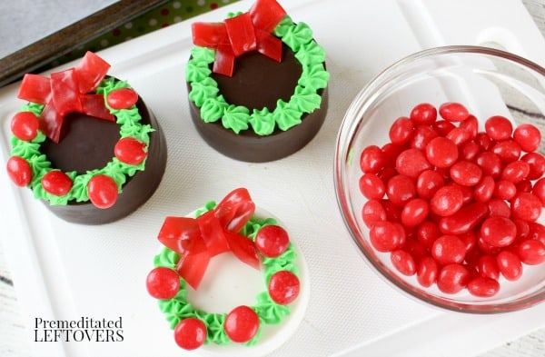 How to make wreath cookies using Oreos.