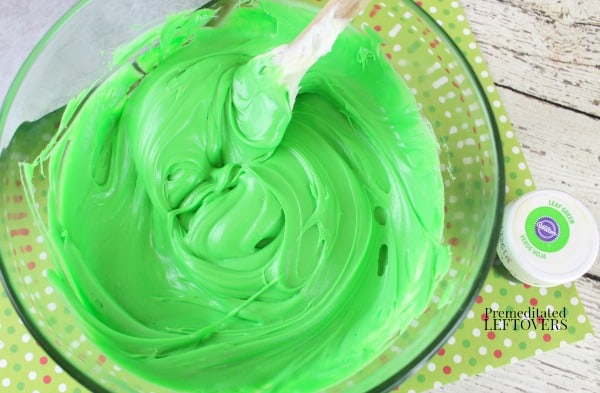 Make green frosting to pipe a wreath on each cookie
