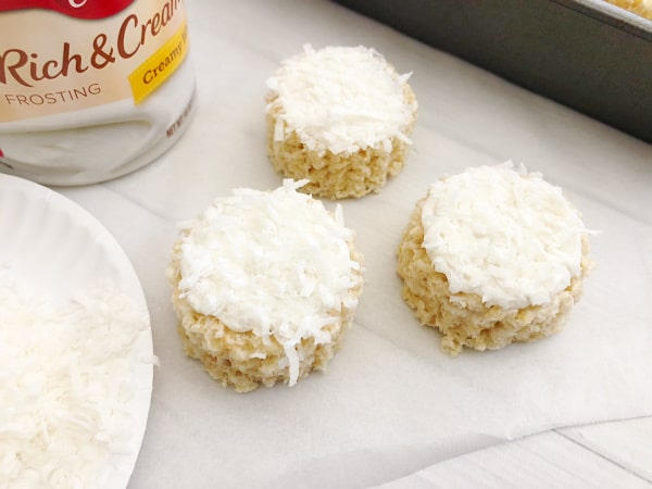 coconut and frosting snowman rice krispie treats